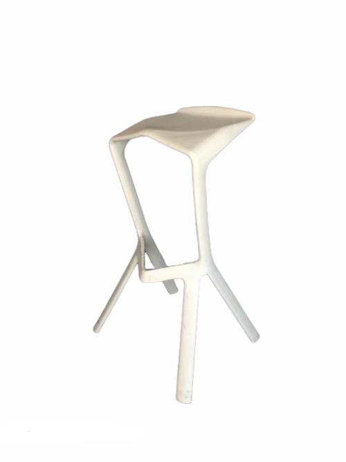 Balts dizaina bāra krēsls (KR08) White design bar stool for rent Дизайнерский барный стул