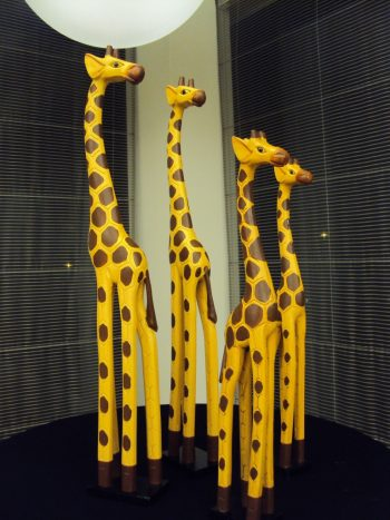 Dekoratīvas koka žirafes (DZ09) Decorative wooden giraffes for rent Декоративные деревянные жирафы