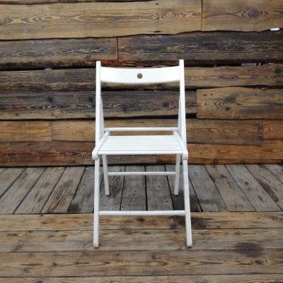 Balts salokāms koka krēsls (KR07) White folding wooden chair for rent Белый раскладной деревянный стул