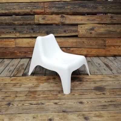 Balts plastmasas krēsls ( KR03) Krēslu noma | Inventāra noma kāzām, pasākumiem | EventRent Easy chair for rent Садовое легкое кресло