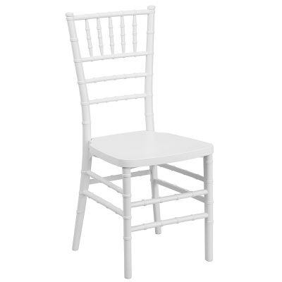 Balts koka krēsls (KR26) iznomā krēslus. krēslu īre. krēslu noma White wooden chair for rent Белый деревянный стул