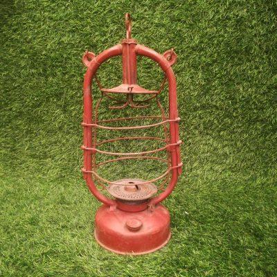 Sarkana metāla petrolejas lampa noma Красная керосиновая лампа Red kerosene lamp