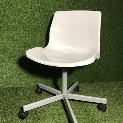 Balts krēsls uz ritentiņiem, White chair on castors on rent, Стул на колесиках