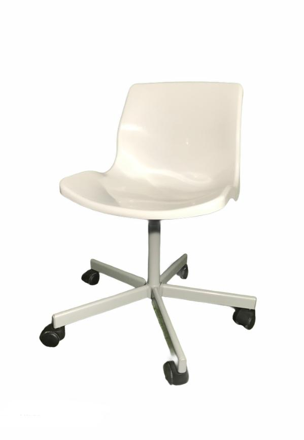 Balts krēsls uz ritentiņiem, White chair on castors on rent, Стул на колесиках