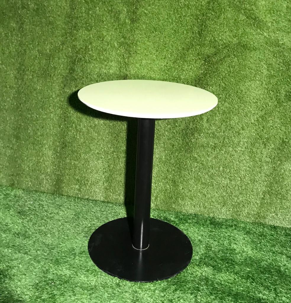 Stāvgalds - balta, apaļa virsma Коктейльный стол с круглой поверхностью Standing table with round surface