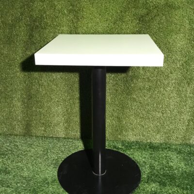 Stāvgalds - balta, kantaina virsma Коктейльный стол с белой поверхностью Standing table with white surface
