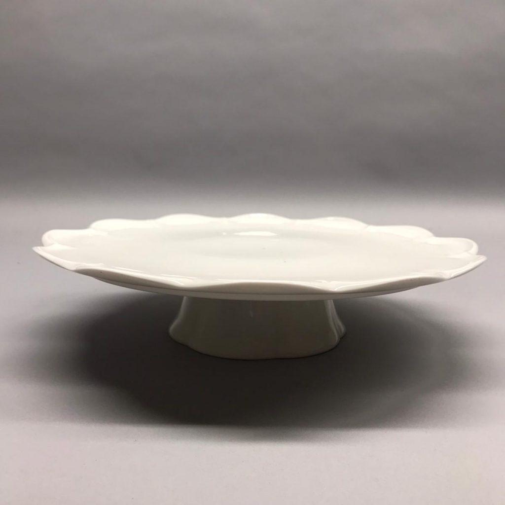 Balts kūkas statīvs